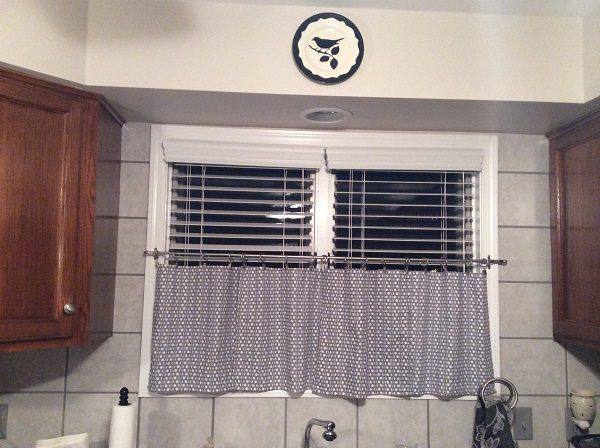 kitchen window faux wood blinds-600