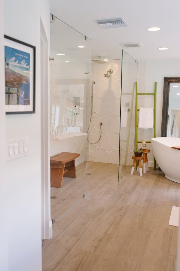 A pop of color adds so much to this white bathroom